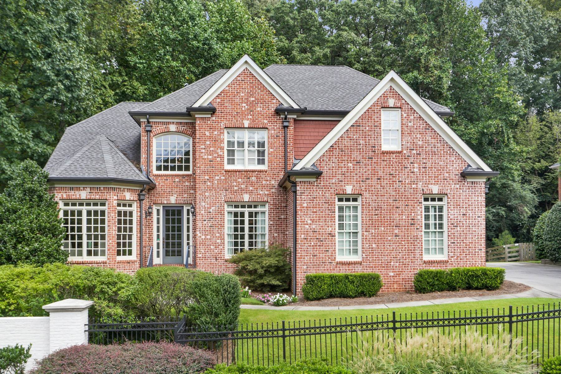 Single Family Homes per Vendita alle ore Beautiful Brick Home in Gated Community 700 Lake Summit Drive Atlanta, Georgia 30342 Stati Uniti