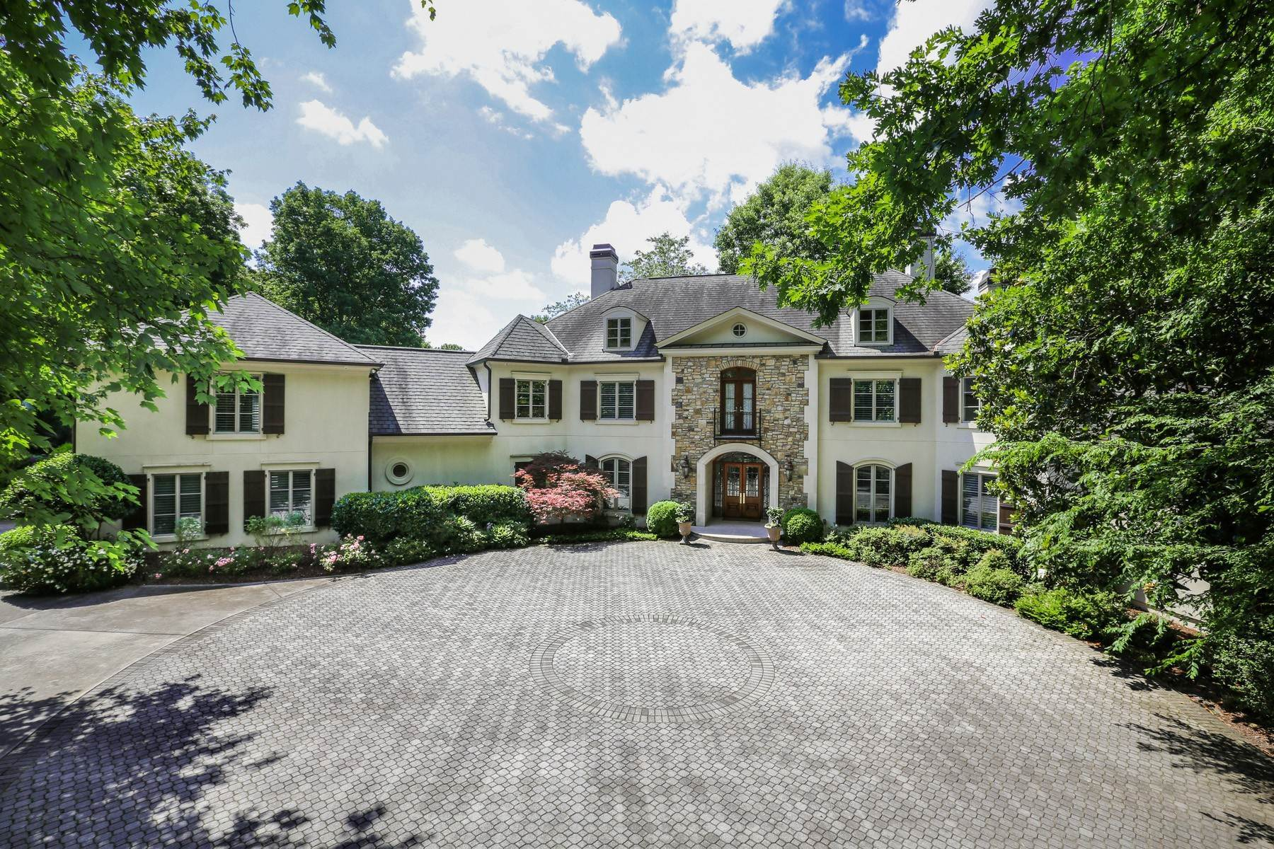 Single Family Homes per Vendita alle ore Custom Estate Sits on 2.6+/- Acres in Sandy Springs 1370 Indian Trail Sandy Springs, Georgia 30327 Stati Uniti