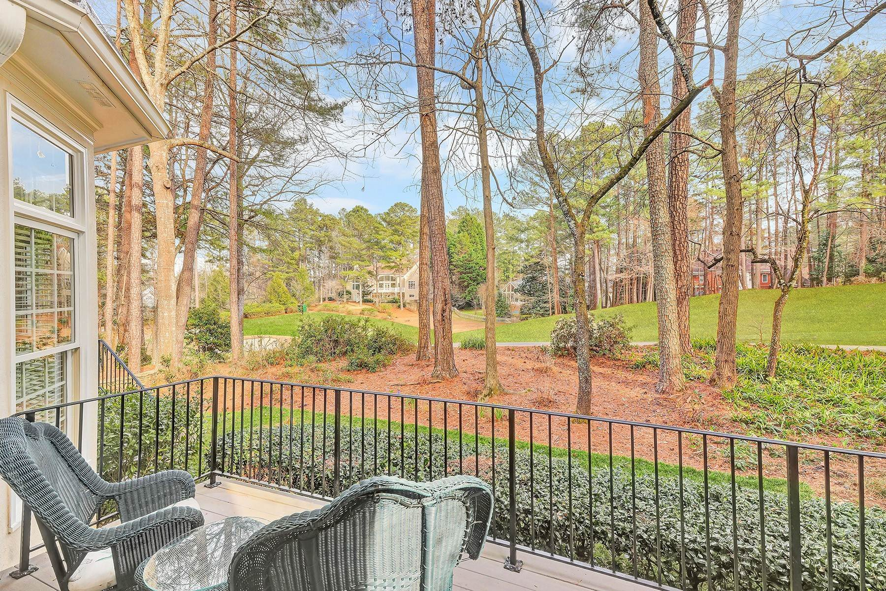 24. Single Family Homes for Sale at Manor Home With Breathtaking Golf Course Views 4275 Fairway Villas Drive Johns Creek, Georgia 30022 United States
